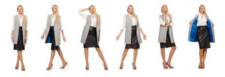 La jolie femme dans la jupe en cuir d'isolement sur le blanc photos libres de droits