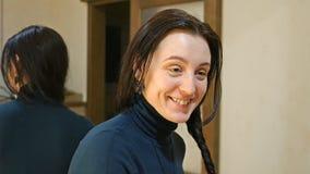 La jolie femme de brune tresse de longs cheveux soyeux noirs Image stock