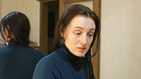 La jolie femme de brune tresse de longs cheveux soyeux noirs Photographie stock libre de droits