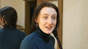 La jolie femme de brune tresse de longs cheveux soyeux noirs Images stock