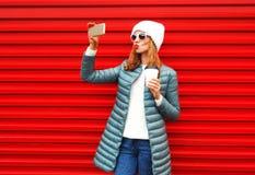 La jolie femme de mode prend un autoportrait de photo sur un smartphone Image stock