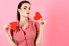 La jolie femme de portrait envoie le baiser d'air avec les coeurs rouges Photo libre de droits
