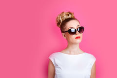 La jolie femme est sur le concept rose lumineux de contexte de mur image stock