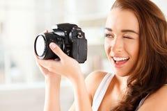 La jolie femme est une photographe de proffessional avec l'appareil-photo de dslr images stock