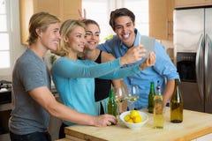 La jolie femme et les amis et les amants beaux d'homme couplent prendre un selfie sur un comprimé Images stock