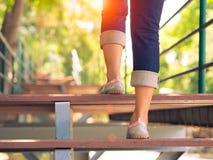La jolie femme intensifie un escalier avec la fusée ou la tache solaire de lentille photo stock
