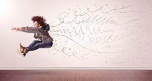 La jolie femme sautant avec les lignes tirées par la main et les flèches sortent Images stock