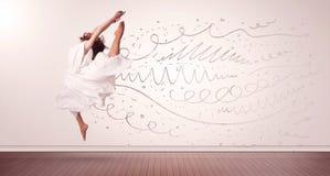 La jolie femme sautant avec les lignes tirées par la main et les flèches sortent Photographie stock libre de droits