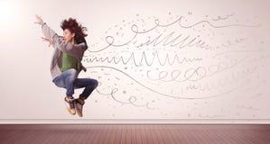 La jolie femme sautant avec les lignes tirées par la main et les flèches sortent Photos libres de droits