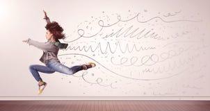 La jolie femme sautant avec les lignes tirées par la main et les flèches sortent Photographie stock
