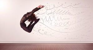 La jolie femme sautant avec les lignes tirées par la main et les flèches sortent Image libre de droits
