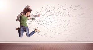 La jolie femme sautant avec les lignes tirées par la main et les flèches sortent Photo libre de droits