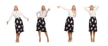 La jolie fille dans la jupe noire avec des fleurs d'isolement sur le blanc photos libres de droits