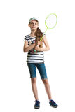 La jolie fille de l'adolescence joue avec une raquette pour un badminton sur un fond blanc Image stock