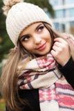 La jolie fille de l'adolescence porte les vêtements chauds d'hiver photographie stock libre de droits