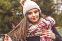 La jolie fille de l'adolescence porte les vêtements chauds d'hiver images libres de droits