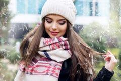 La jolie fille de l'adolescence porte les vêtements chauds d'hiver Images stock