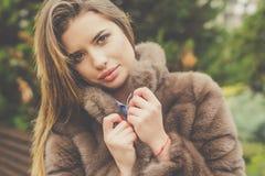 La jolie fille de l'adolescence utilise le manteau de fourrure images libres de droits