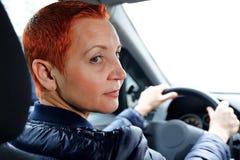 La jolie fille derrière la roue d'une voiture Femme d'affaires réussie voyageant autour de la ville photo libre de droits