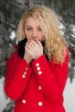 La jolie fille réchauffe la respiration photo stock