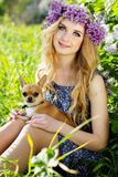 La jolie fille tient son petit chien Image libre de droits