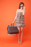 La jolie jeune femme a acheté beaucoup d'habillement Photographie stock libre de droits