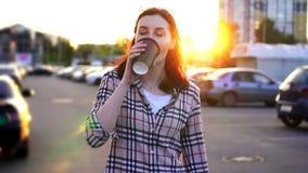 La jolie jeune femme de portrait avec du café dans sa main va travailler clips vidéos