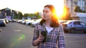 La jolie jeune femme de portrait avec du café dans sa main va travailler MOIS lent clips vidéos