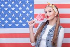 La jolie jeune femme exprime son patriotisme Images stock