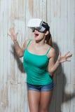 La jolie jeune femme observe la technologie moderne photos libres de droits