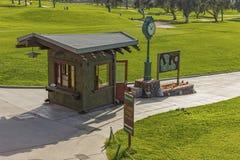 LA JOLLA, КАЛИФОРНИЯ, США - 6-ОЕ НОЯБРЯ 2017: Лачуга стартеров на первом тройнике поля для гольфа сосен Torrey около Сан-Диего стоковая фотография rf