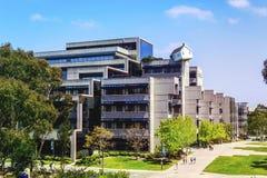 La Jolla, Californië, de V.S. - 3 April, 2017: De gevallen Ster doet langs Ho Suh - skewed huis bovenop Jacobs School van Technie royalty-vrije stock fotografie