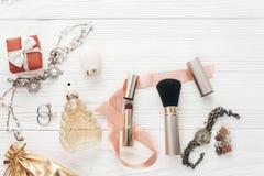La joyería costosa de lujo y compone esencial y perfuma el plano Imagen de archivo