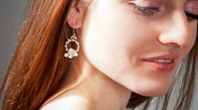 La joyería de las mujeres, pendientes, collares, mujer joven con un ornamento, hecho a mano Foto de archivo