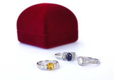 La joyería de los anillos es popular entre las muchachas Un símbolo del amor y del th Foto de archivo