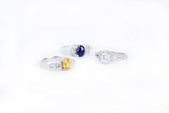 La joyería de los anillos es popular entre las muchachas Un símbolo del amor y del th Imagenes de archivo