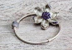 La joyería, la pulsera y la broche del ` s de las mujeres florecen Foto de archivo libre de regalías