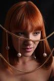La joyería pelirroja de la muchacha y del oro Imágenes de archivo libres de regalías