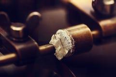 La joyería trabaja con el primer del diamante El corte del diamante es primer MA fotografía de archivo libre de regalías