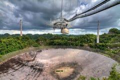 La jungle d'Arecibo opacifie le récepteur images stock