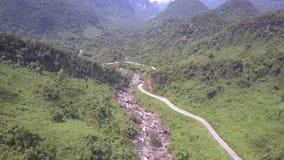 La jungle vert-foncé stupéfiante couvre la vue aérienne de hautes collines clips vidéos