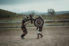 La justa medieval knights en cascos y batalla del correo en cadena en la espada Foto de archivo