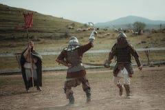 La justa medieval knights en cascos y batalla del correo en cadena en la espada Imagen de archivo