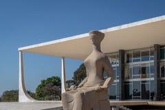 La justicia Sculpture delante del Tribunal Supremo del Brasil - tribunal de Supremo federal - STF - Brasilia, Distrito federal, e foto de archivo
