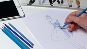 La juventud estrallada moda del bosquejo de las pinturas de los movimientos del diseñador se viste en azul Cierre para arriba metrajes