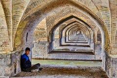 La juventud iraní está descansando debajo del puente de Allahverdi Khan, Isfahán, Fotografía de archivo