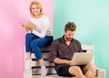 La juventud pasa el ocio que se prepara para el examen de entrada Estudiantes de los pares con estudiar del libro y del ordenador fotografía de archivo