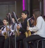 La juventud se realiza en saxaphones en la banda de la orquesta en la aventura de California de Disney fotos de archivo