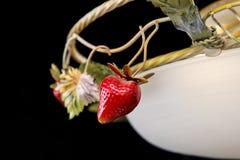 La lámpara clásica adornó las fresas aisladas en fondo negro Imagen de archivo libre de regalías