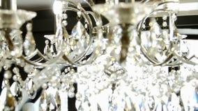 La lámpara con los cristales de la ejecución ligera bajo techo almacen de metraje de vídeo